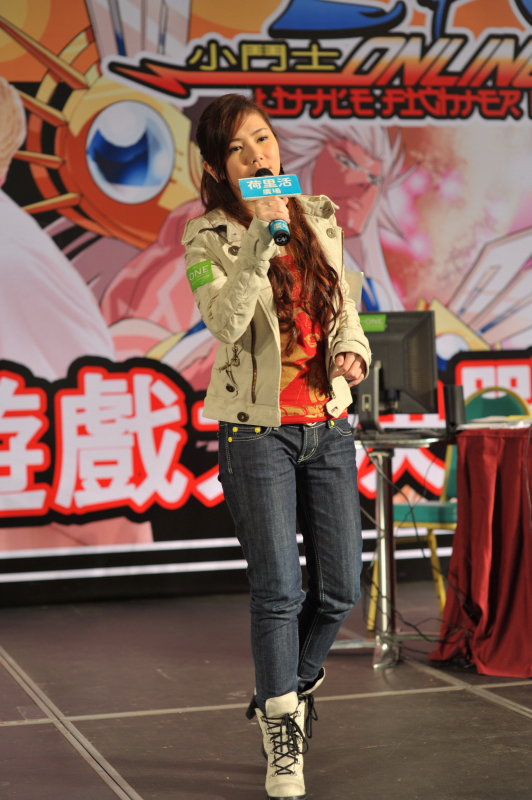 G.E.M._singing_at_Event.jpg